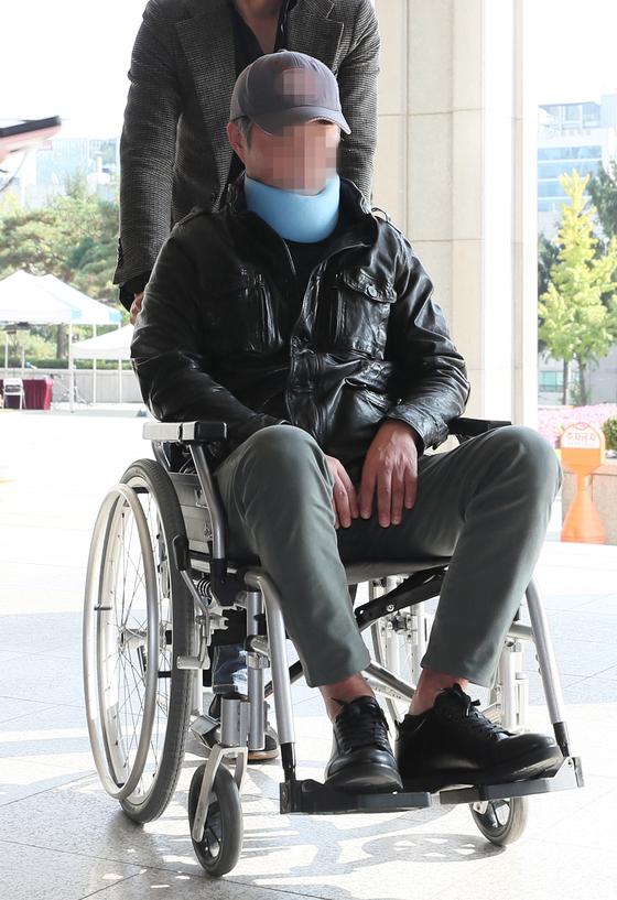 지난해 10월 서울중앙지검에 휠체어를 타고 출석하던 조국 전 법무부 장관 동생 조모씨의 모습. [연합뉴스]