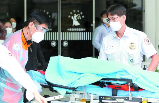 사모펀드 의혹 등의 혐의로 기소된 정경심 동양대 교수가 17일 서울중앙지법에서 열린 재판 도중 건강에 이상을 호소하다 쓰러져 119구조대에 의해 병원으로 이송되고 있다. [뉴스1]