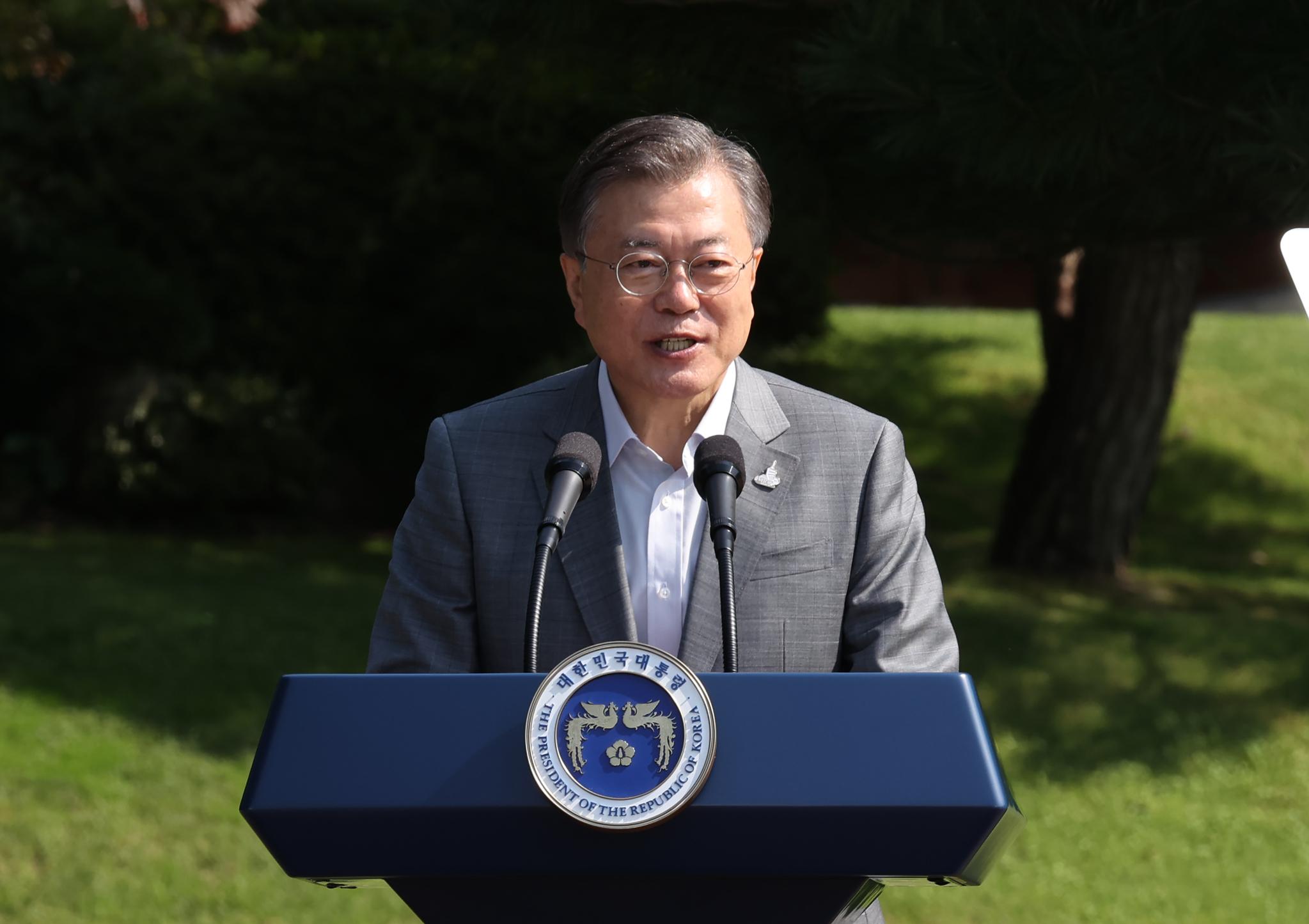 문재인 대통령이 19일 오전 청와대 녹지원에서 열린 제1회 청년의날 기념식에서 기념사를 하고 있다. 연합뉴스