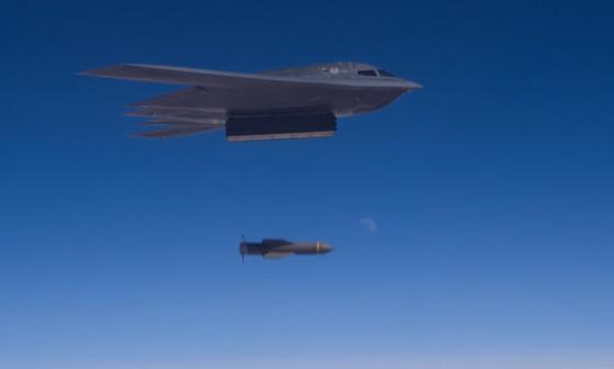 B-2 폭격기가 'GBU-57'을 투하하는 장면. 2017년 10월 중순 미국 미주리주 화이트맨 공군기지에선 3대의 B-2를 주축으로 한 모의 야간 폭격 훈련이 실시됐고, 이 과정에서 '북한 지도부'가 언급되는 무선통신이 포착됐다. [화이트맨공군기지 제509폭격단 홍보 영상 캡쳐=연합뉴스]