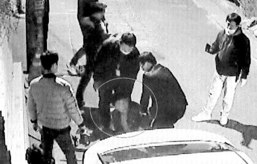 성북구 주택가에서 잠복 중이던 경찰이 김봉현 스타모빌리티 회장을 검거한 순간. [사진 연합뉴스TV]