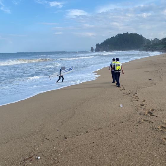 풍랑주의보가 내려진 지난 14일 강원 동해시 천곡동 한섬해변 앞 해상에서 수상레저활동 신고를 하지 않고 서핑을 즐긴 20대가 해경에 적발됐다. 사진 동해해양경찰서