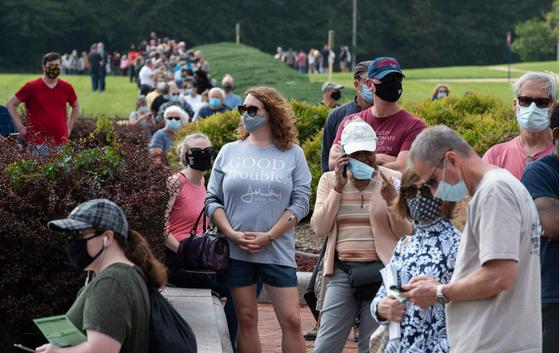 18일(현지시간) 시작된 미국 대선의 사전투표를 하기 위해 버지니아주 페어팩스 카운티 정부센터에 아침부터 유권자들이 몰려 길게 줄을 섰다. [AFP=연합뉴스]