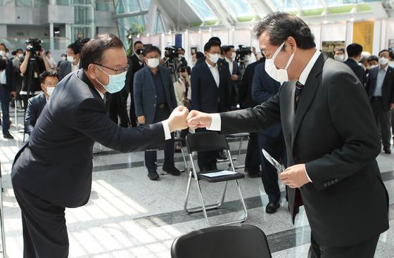 더불어민주당 이낙연 대표(오른쪽)와 김부겸 전 의원이 지난달 18일 오후 서울 여의도 국회 의원회관에서 열린 고(故) 김대중 전 대통령 서거 11주기 사진전 개막식에서 인사하고 있다. 오종택 기자