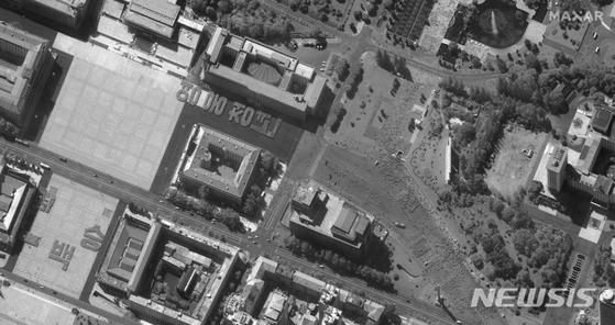 17일 맥사테크놀로지스가 제공한 위성 사진에 북한 평양의 김일성 광장에서 열병식 연습하는 장면이 보인다. AP=뉴시스