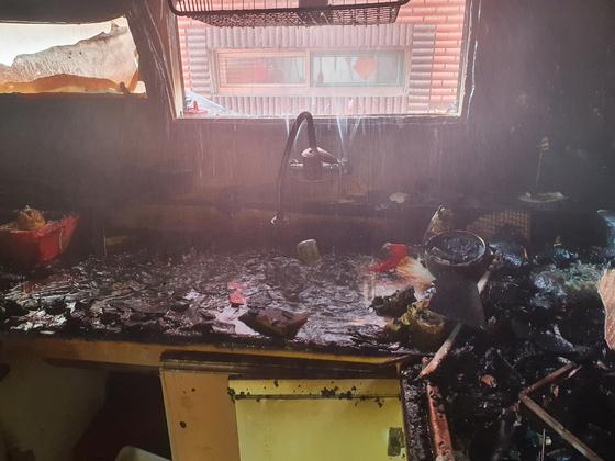지난 14일 오전 11시 16분쯤 인천시 미추홀구의 한 빌라 건물 2층에서 불이 나 중상을 입은 초등학생 형제가 살았던 집. [미추홀소방서]