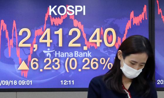 지난 18일 오후 서울 중구 하나은행 본점 딜링룸 전광판에 코스피지수가 전 거래일 대비 6.23포인트(0.26%) 오른 2412.40을 나타내고 있다. 뉴스1