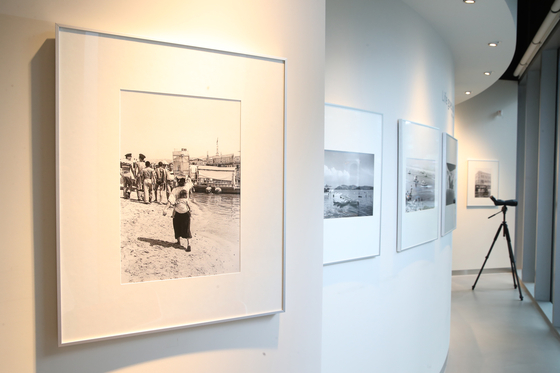 다큐멘터리 사진가 임인식씨의 탄생 100주년을 맞아 서울 청담동 라이카 스토어에 마련된 전시 공간. 우상조 기자