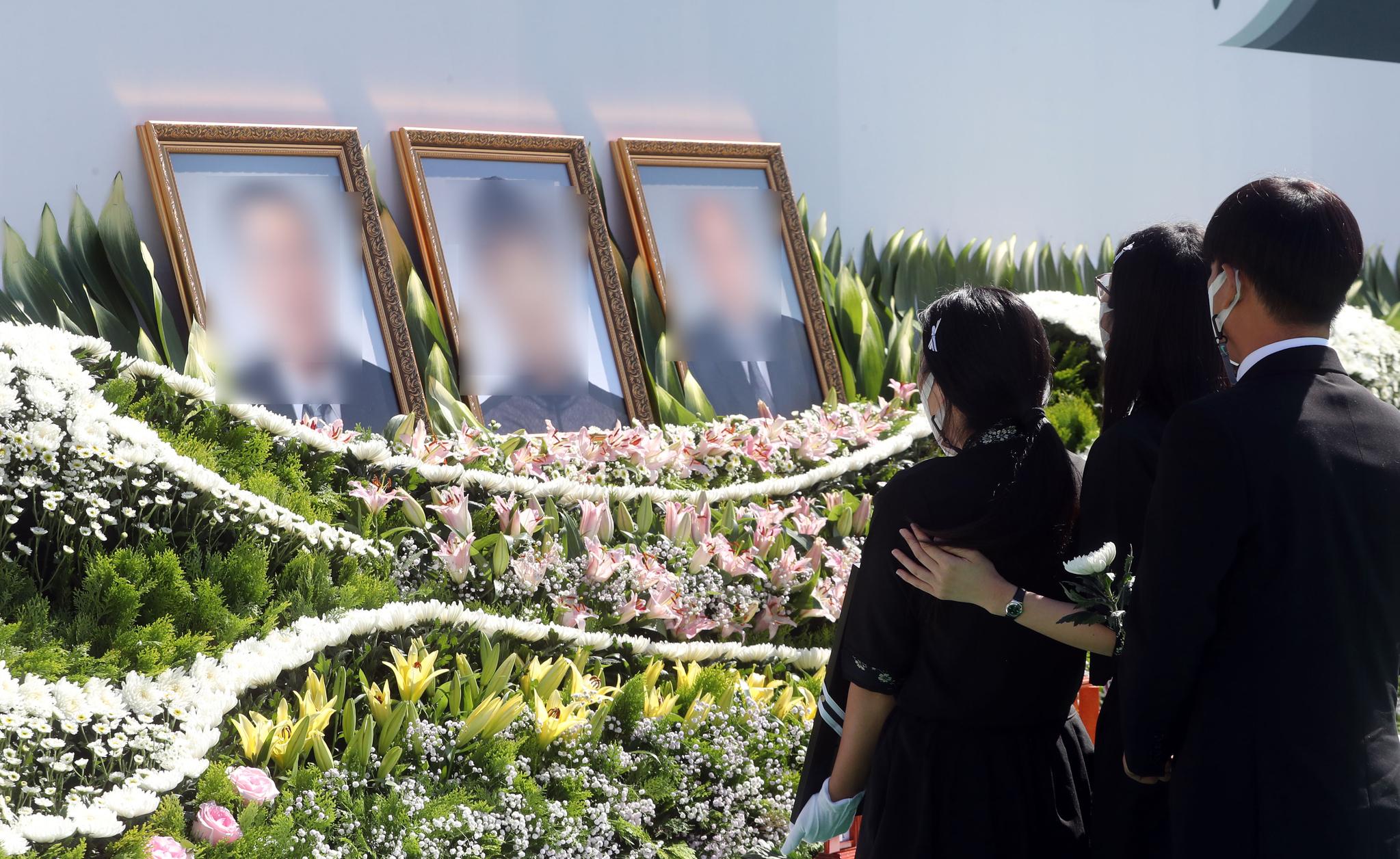 20일 오전 강원 춘천시청 앞 광장에서 지난달 6일 의암호 선박 전복사고로 숨지거나 실종된 기간제 근로자 3명의 영결식이 열려 유가족이 영정사진을 보며 오열하고 있다. 연합뉴스
