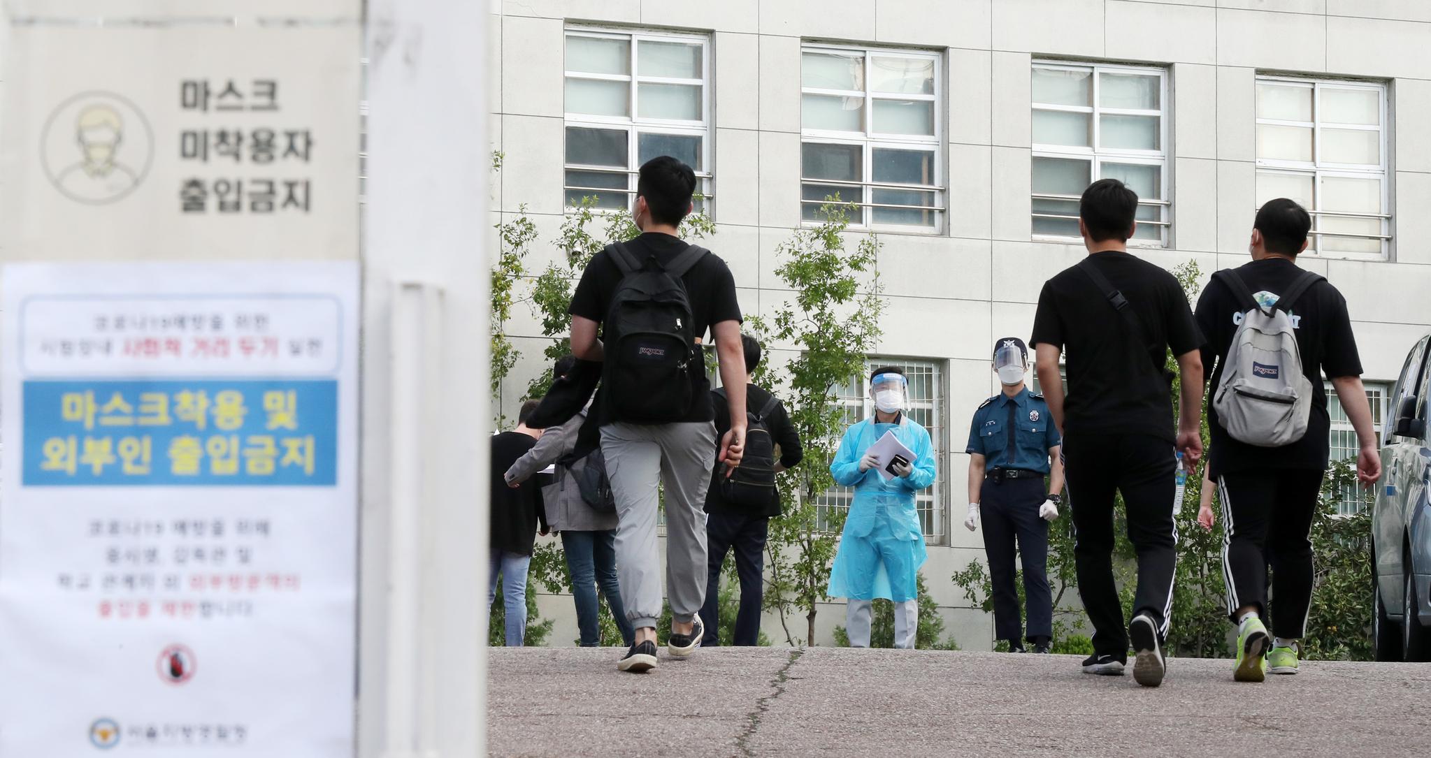 순경공채 필기시험이 치러진 19일 오전 서울 중구 한양공업고등학교에서 응시생들이 시험장으로 향하고 있다. 뉴스1