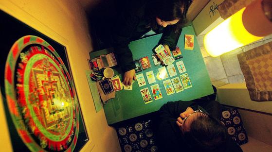 젊은층에게 인기가 높은 한 역술백화점의 내부 풍경. 타로 카드로 새해 운세를 읽고 있다.