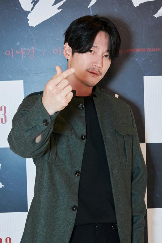 영화 '검객'으로 17일 화상 기자간담회를 가진 주연 배우 장혁이 '손가락 하트' 포즈를 취했다. [사진 오퍼스픽쳐스, 더웨이브 E&M]