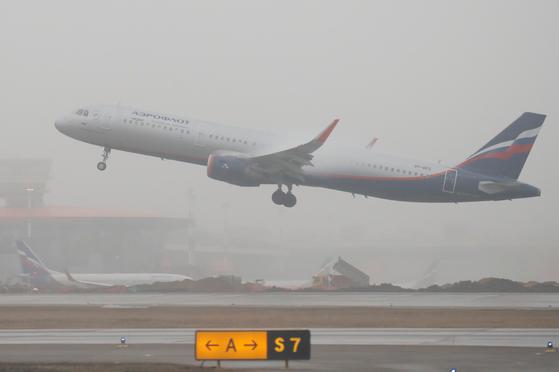 러시아 모스코바 셰레메티예보 국제공항에서 러시아 국적기 아에로플로트 여객기가 이륙하는 모습. [로이터=연합뉴스]