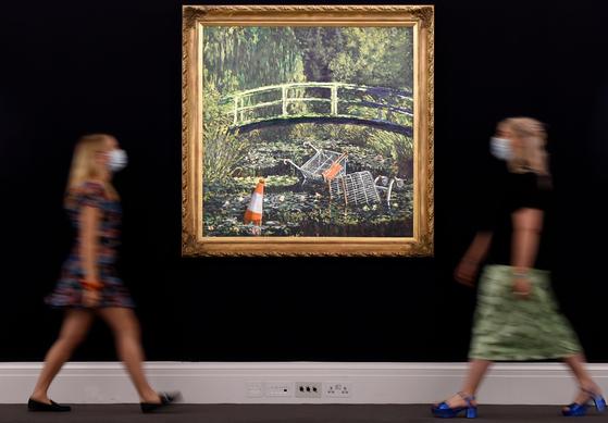 런던 소더비 전시장에 걸린 뱅크시의 '쇼 미 더 모네'. [AFP=연합뉴스]