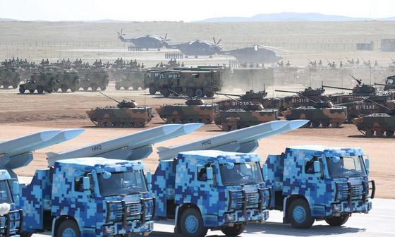 지난 2017년 중국 내몽골에 위치한 아시아 최대의 군사훈련기지라는 주르허에서 중국 인민해방군의 훈련이 한창이다. [중국 신화망 캡처]