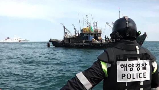 중국어선을 추격하는 해경 [사진 중부지방해양경찰청 서해5도특별경비단]