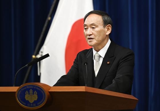스가 요시히데(菅義偉) 일본 총리가 16일 관저에서 취임 후 첫 기자회견을 하고 있다. [교도=연합뉴스]