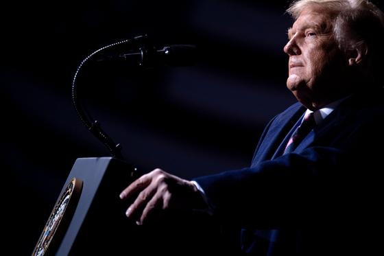 트럼프 대통령이 18일(현지시간) 미네소타주 베미지를 방문해 '위대한 미국의 귀환' 행사에서 연설을 하고 있다. AFP=연합뉴스