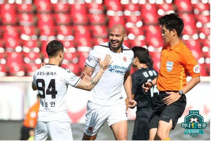 프로축구 K리그1 광주FC 펠리페(가운데)가 20일 성남전에서 골을 터트린 뒤 기뻐하고 있다. 8위에서 6위로 올라선 성남은 극적으로 파이널A에 진출했다. [사진 한국프로축구연맹]