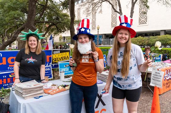 지난 3월 미 텍사스대에서 학생들이 우편투표를 독려하고 있다. [AFP=연합뉴스]