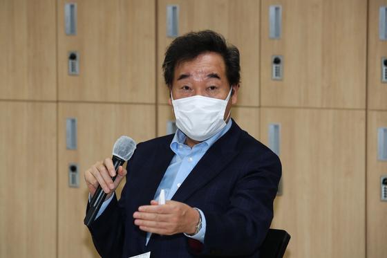 더불어민주당 이낙연 대표가 20일 오후 서울 종로구 세종문화회관 S씨어터에서 열린 공연예술분야 대표 및 공연장 대표들과의 현장 토론에서 모두발언 하고 있다. 오종택 기자