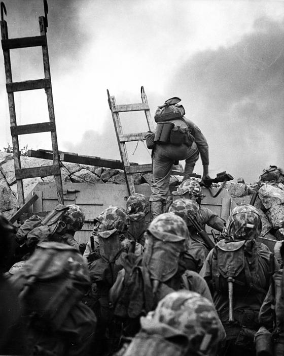 인천상륙작전에 참전한 미 해병대의 발도메로 로페즈 중위가 가장 앞장서서 해안 방벽을 넘고 있다. 로페즈 중위는 적의 총탄에 부상을 입은 상태에서 핀이 빠진 수류탄으로부터 부하들을 지키기 위해 몸을 던져 전사했다. 인천상륙작전의 첫 전사자다. 로페즈 중위에겐 미군 최고훈장인 명예훈장이 추서됐다. 사진=미 해군 역사센터