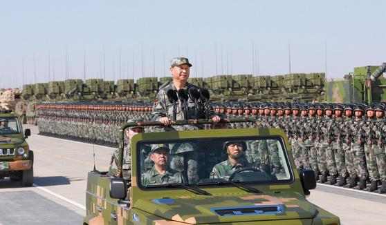시진핑 중국 국가주석이 군복을 입은 채 중국 인민해방군을 사열하고 있다. 시 주석은 군대란 부르면 달려오고, 오면 능히 싸울 줄 알아야 하며, 싸우면 이겨야 한다고 역설하고 있다. [중국 신화망 캡처]