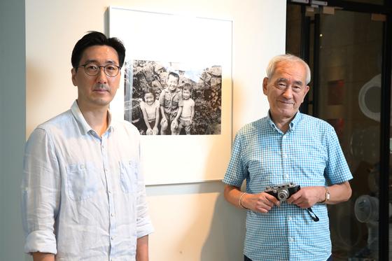 다큐멘터리 사진가인 아버지 임인식과 큰 아버지 임석제에 이어 대한민국 최초의 건축전문 사진가로 활동한 임정의(오른쪽)씨와 순수예술 사진가로 활동하는 아들 임준영씨가 27일 서울 청담동 라이카 스토어에 마련된 전시 공간에서 중앙일보와 인터뷰 했다. 우상조 기자