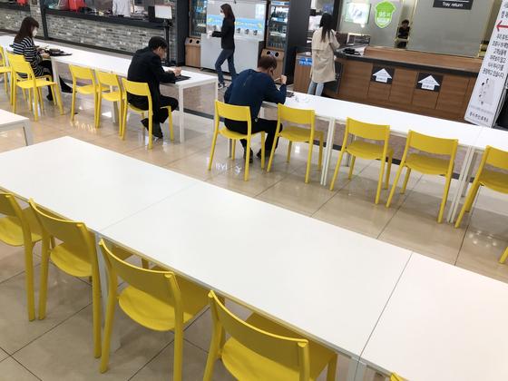 휴게소 거리두기 자료사진. 올 추석 연휴땐 실내 테이블에서 음식을 먹을 수 없다. 연합뉴스