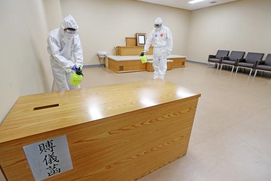 지난 6월 2일 경기도 용인시내 한 장례식장에서 관계자들이 신종 코로나바이러스 감염증(코로나19) 예방을 위해 장례가 끝난 빈소를 방역하고 있다. 뉴스1
