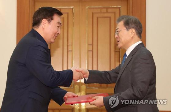 지난 1월 30일 서울에 도착한 싱하이밍 신임 주한 중국대사는 부임 8일 만인 2월 7일 청와대에서 문재인 대통령에게 신임장을 제정했다. [연합뉴스]