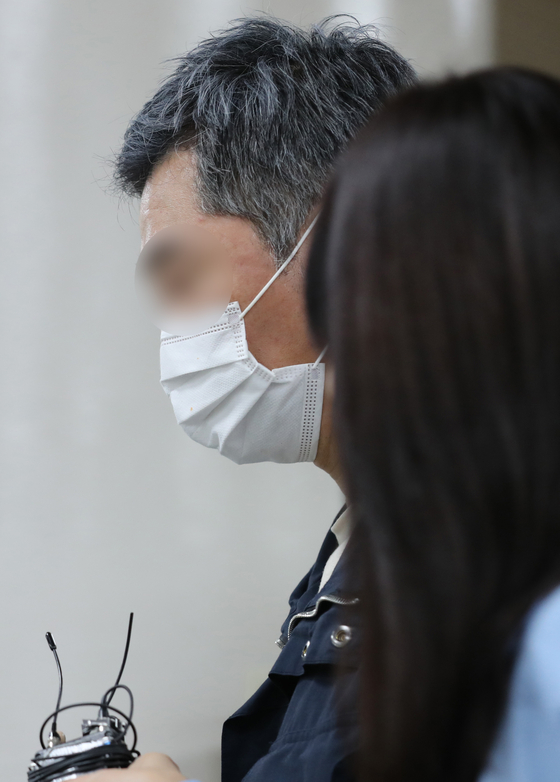 조국 전 법무부장관의 동생 조권씨가 18일 서울중앙지방법원에서 열린 선고공판에 출석하고 있다. 조씨는 이날 징역 1년을 선고받고 법정 구속됐다. [뉴스1]