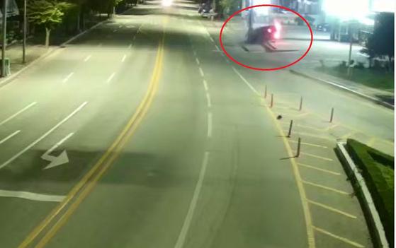 21일 오전 2시35분쯤 강원 강릉시 교동 한 도로에서 경포해수욕장 방면으로 향하던 아우디 승용차가 전신주를 들이받아 운전자 등 2명이 숨지고 3명이 다쳤다. [사진 강릉시 제공 영상 캡처]