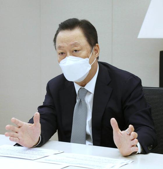 """박용만 대한상의 회장이 21일 오후 긴급 기자회견을 열었다. 박 회장은 """"(여야)가 경제에 눈과 귀를 닫고 자기정치에 몰두하고 있다""""고 비판했다. 대한상의"""