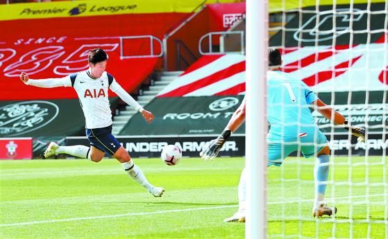 토트넘 홋스퍼의 손흥민이 20일(현지시간) 영국 프리미어리그 2라운드 사우샘프턴과의 경기에서 네 번째 골로 연결된 슛을 하고 있다. [AP=연합뉴스]