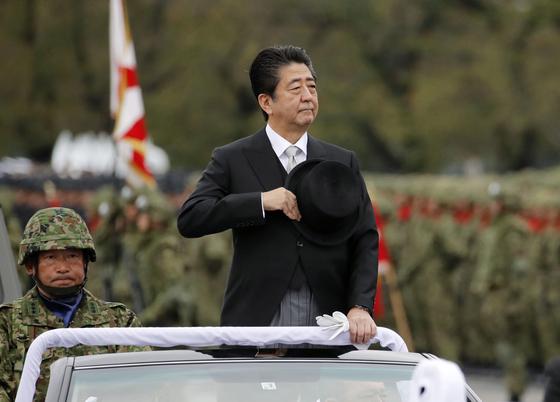 아베 신조 일본 총리가 2018년 10월 사이타마현의 육상자위대 아사카(朝霞) 훈련장에서 열린 자위대 사열식에 참석하고 있다.  [교도=연합뉴스]
