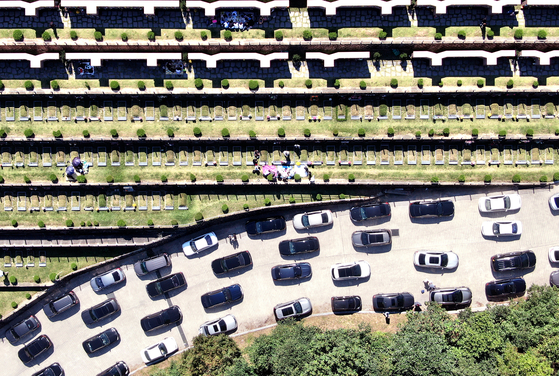 추석 명절을 열흘 앞둔 20일 오전 경기도 용인시 천주교 용인공원묘원을 찾은 시민들이 성묘를 하고 있다. 뉴스1