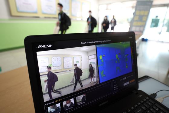 21일 오전 서울 노원구 중계중학교에서 학생들이 등교하고 있다. 신종 코로나바이러스 감염증(코로나19) 재확산 여파로 한동안 원격수업만 듣던 수도권 학생들이 이날부터 등교수업을 재개했다.뉴스1