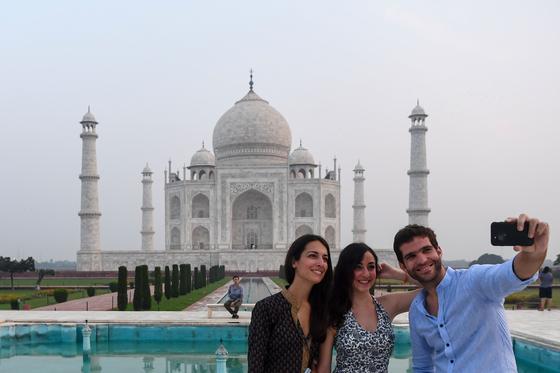 지난 21일 재개방한 인도 타지마할에서 방문객들이 사진 촬영을 하고 있다. [AFP=연합뉴스]