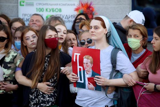 벨라루스 시위대 400명 체포에…해커들은 경찰 1000명 신상 깠다 ...