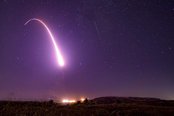 지난해 10월 2일(현지시간) 미국 캘리포니아주 밴던버그 공군 기지에서 대륙간탄도미사일(ICBM)인 미니트맨 3가 발사돼 하늘을 날아가고 있다. 이 미사일엔 핵탄두가 장착돼 있지 않았다. [미 공군]