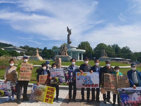 지난달 기록적인 집중호우에 마을 전체가 물에 잠긴 강원 철원군 이길리 마을 주민들이 21일 청와대 앞에서 현실적인 지원을 요구하는 기자회견을 열었다. 사진 이길리 주민