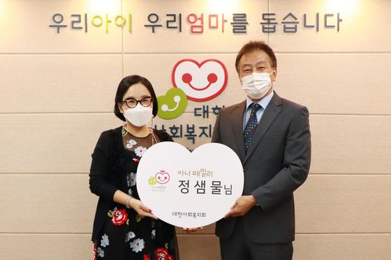 메이크업 아티스트 정샘물(왼쪽)씨가 대한사회복지회 1억 기부자클럽인 아너패밀리 1호 가입자가 됐다. 사진 오른쪽은 대한사회복지회 김석현 회장. 사진 대한사회복지회