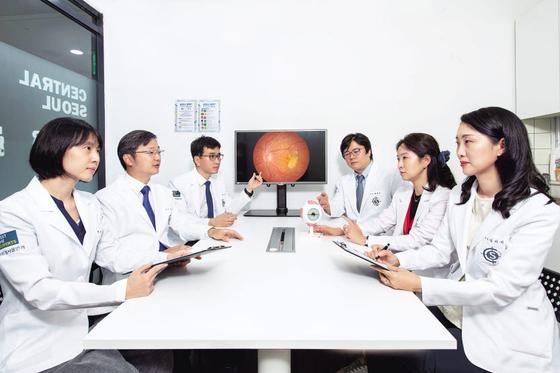 센트럴서울안과는 펨토 레이저·센추리온 등 첨단 장비와 전문성을 갖춘 의료진 협진을 통해 망막 질환·녹내장을 동반한 난치성 백내장의 치료 성적을 높인다. 김동하 객원기자