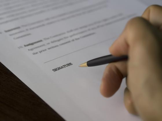 A는 X 보험사에서 연금보험에 가입하고 보험료를 일시불로 지급했다. A가 사망 후 자녀 B는 보험 계약자 지위를 유증 받았다는 이유로 계약 명의 변경을 요청했지만 거절 당했다. [사진 pxhere]