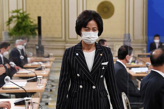 추미애 법무부 장관이 21일 오후 청와대 영빈관에서 열린 제2차 권력기관 개혁회의에 앞서 자리에서 일어서고 있다. [청와대사진기자단]