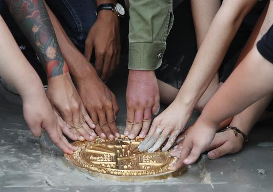 태국 방콕 왕궁 옆의 사남 루엉 광장 바닥에 '이 나라는 국민에 속한다'는 문구가 쓰인 동판이 20일(현지시간) 설치됐다. [연합뉴스]