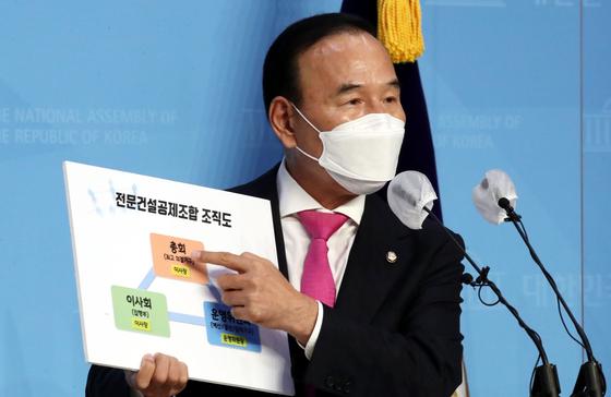 박덕흠 국민의힘 의원이 21일 오후 국회 소통관에서 각종 의혹에 대한 입장을 밝히고 있다. 강정현 기자