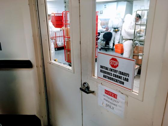 2018년 10월 보호장비를 착용한 검사관들이 미국 워싱턴 DC 국방부에 발송된 우편물들을 검사 중이다. [AFP=연합뉴스]