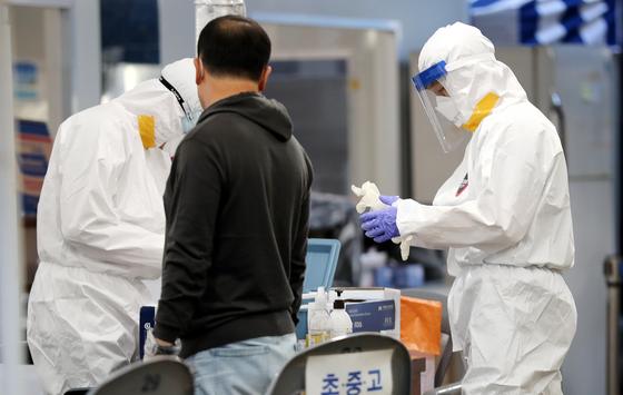 18일 서울 송파구 신종 코로나바이러스 감염증(코로나19) 선별진료소에서 의료진이 분주하게 움직이고 있다. 뉴스1
